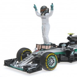 Mercedes F1 W07 Hybrid World Champion 2016 Nico Rosberg With figurine Minichamps 410160906