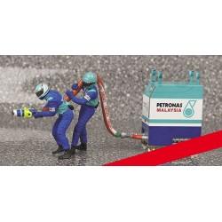 Refueller Set Sauber 2 Figurines and 1 Fuel Rig 1/18 F1 2002 Minichamps 318100031